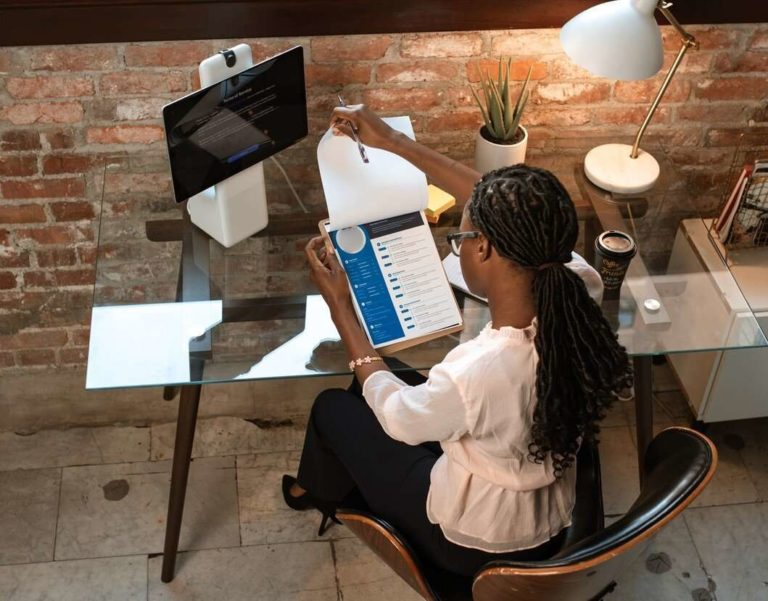 femme lisant le CV bien optimisé d'un candidat pour une alternance