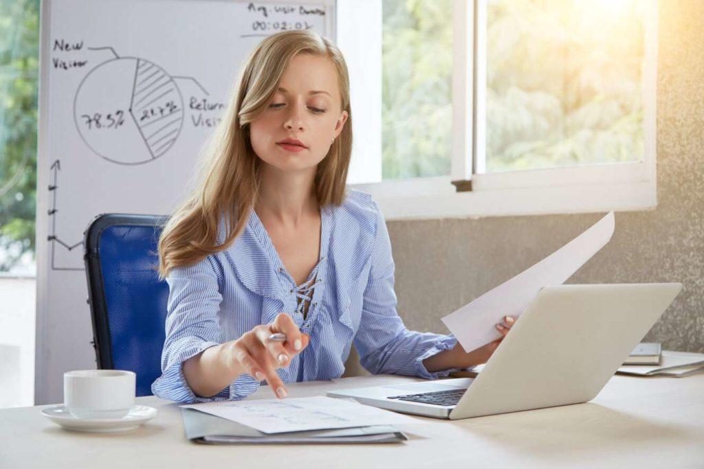 expert comptable assise à son bureau